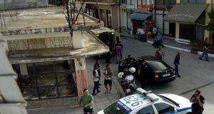 Αγρίνιο: Μεγάλη αναστάτωση στα Καλύβια-Αλλοδαπός έσπασε τζαμαρίες με τσαπί…