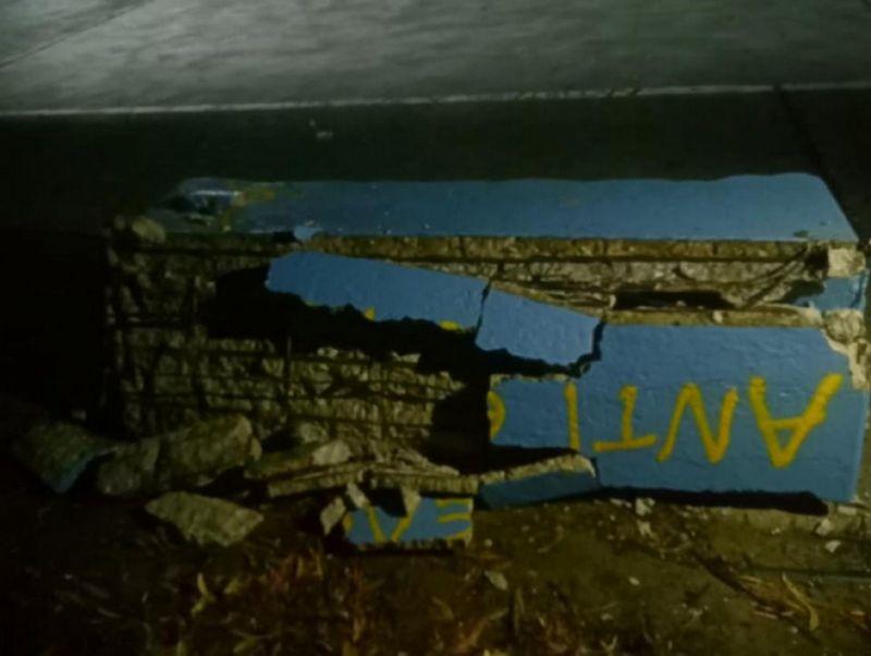 Μεσολόγγι: Άγνωστοι έσπασαν ένα τσιμεντένιο παγκάκι στο Λιμάνι (Φωτό)
