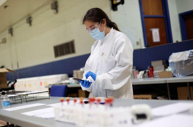 Bloomberg: Εντοπίστηκε μετάλλαξη του ιού που τον κάνει 10 φορές πιο μεταδοτικό
