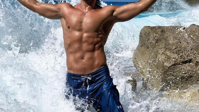 Πρώην παίκτης του Survivor «δαμάζει» τα κύματα στη Λευκάδα!