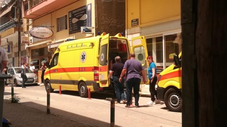 Μπήκε με τσεκούρι στην Εφορία και χτύπησε υπαλλήλους – Σε κρίσιμη κατάσταση ένας τραυματίας