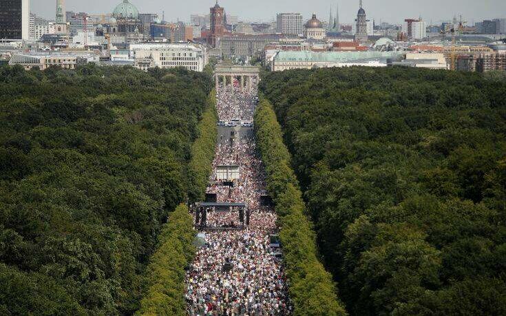 Μεγάλη διαδήλωση στο Βερολίνο από… αρνητές της πανδημίας του κορωνοϊού!