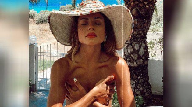 Η Ελευθερία Ελευθερίου σε topless φωτογράφιση σε παραλία