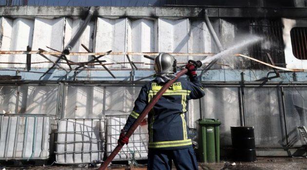 Καίει για δεύτερη μέρα η φωτιά στη Μεταμόρφωση – Κατέρρευσε μέρος του κτιρίου