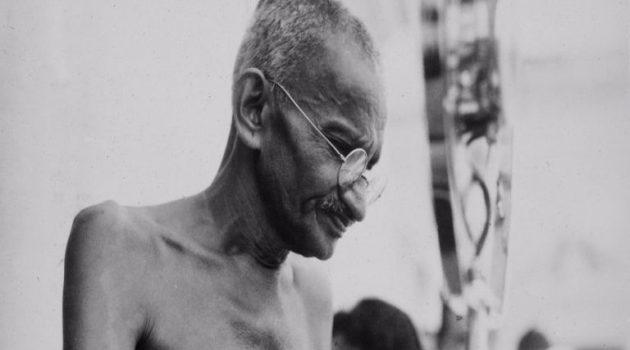 Γυαλιά του Γκάντι πωλήθηκαν έναντι 288.000 ευρώ σε δημοπρασία