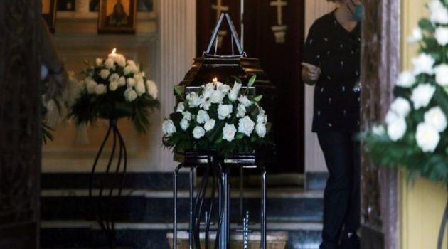 Τελευταίο χειροκρότημα στο κοιμητήριο Κηφισιάς για τον Γιάννη Πουλόπουλο