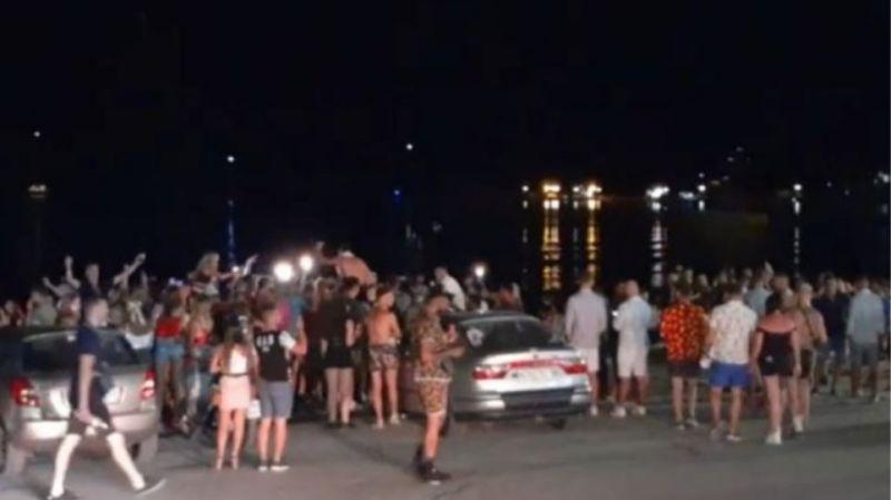 Ζάκυνθος: Γλέντι και συνωστισμός μέχρι πρωίας σε παραλία (Video)