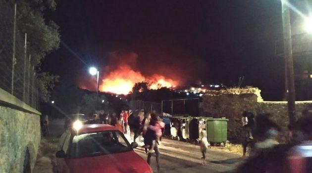 Ο κορωνοϊός καίει τη Μόρια: Στις φλόγες το Κ.Υ.Τ. – Χιλιάδες πρόσφυγες στο δρόμο