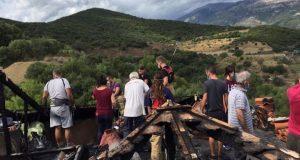 Ναύπακτος: Εθελοντές καθάρισαν την στέγη που χτύπησε χθες ο κεραυνός