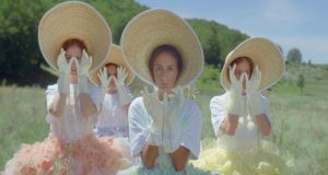 Η Σίλια Κατραλή διασκευάζει το «Χαμογέλα» του Μανώλη Φάμελλου