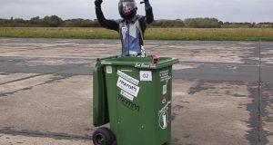 Τρελό ρεκόρ Γκίνες: Με ρόδες σε κάδο σκουπιδιών έπιασε 64…