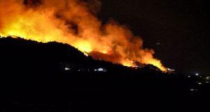 Φωτιά κοντά στο κέντρο μεταναστών στη Σάμο