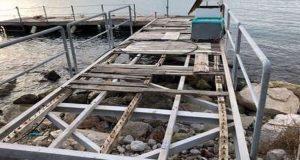 Επισκευάζουν την ξύλινη προβλήτα στη Μαρίνα της Πάτρας