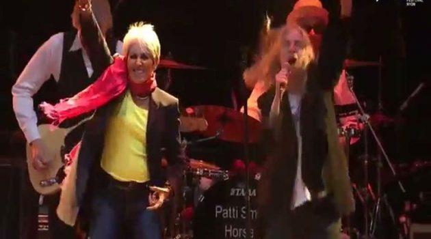 Πάτι Σμιθ και Τζόαν Μπαέζ τραγουδούν: «People Have the Power»