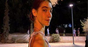 Η κόρη της Μαίρης Μηλιαρέση ποζάρει γυμνή στη θάλασσα