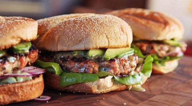 Σ. Αραβία: Fast Food μετονομάζει μπέργκερ από «Τούρκικο» σε «Ελληνικό»