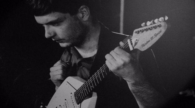 Η εμβληματική κιθάρα του Ίαν Κέρτις πωλήθηκε σε δημοπρασία