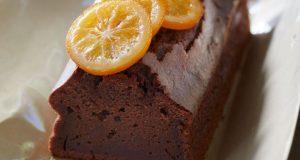 Σοκολατένιο υγρό κέικ με ολόκληρα πορτοκάλια