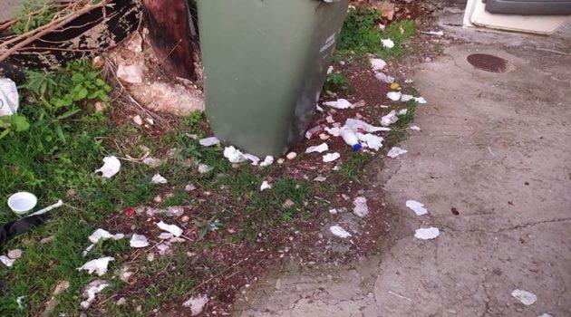 Αμφιλοχία: Ρίχνουν τα σκουπίδια εκτός κάδου για να «εκδικηθούν»