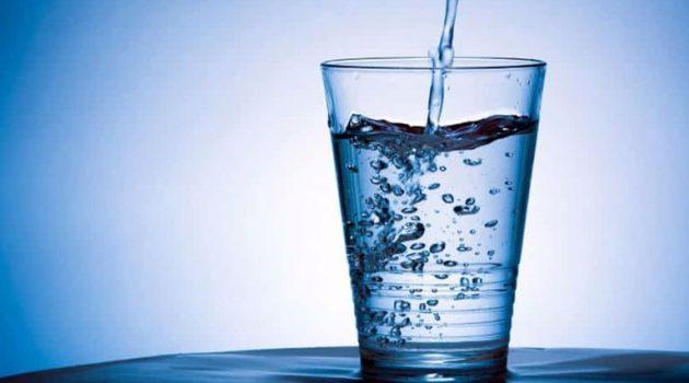 Πρέπει να έχεις δίπλα σου ένα ποτήρι με νερό όταν κοιμάσαι;