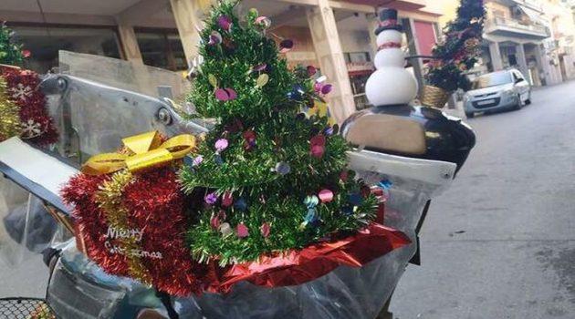 Πάτρα: Ντελιβεράς στόλισε με χριστουγεννιάτικα το μηχανάκι του (Photo)