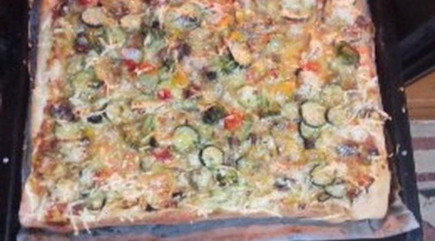 Πίτσα λαχανικών με νηστίσιμο τυρί