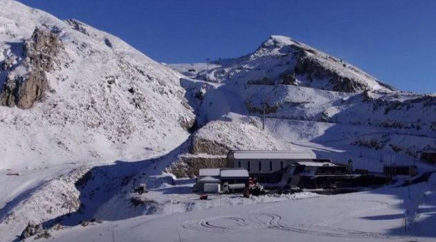 Έπεσαν τα πρώτα χιόνια στον Παρνασσό – Εικόνες από drone (Video)