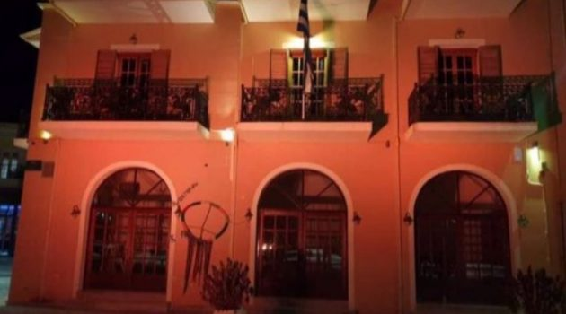 Φωταγωγήθηκε το Δημαρχείο Παλαίρου και το Δημαρχείο Βόνιτσας με πορτοκαλί χρώμα (Photos)