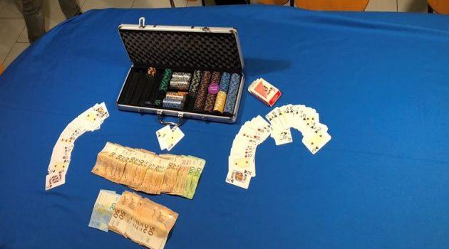 Πάτρα: Σύλληψη 17 ατόμων που έπαιζαν «χαρτιά» σε υπόγειο καφενείο (Photos)
