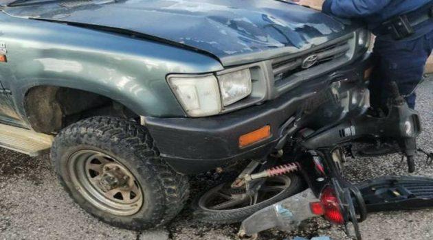 Μεσολόγγι: Κάτω από τις ρόδες αγροτικού βρέθηκε ένα μηχανάκι (Photo)