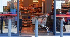 Αγίου Πνεύματος: Πως λειτουργούν σούπερ μάρκετ και καταστήματα
