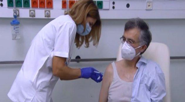 Εμβολιάστηκε ο καθηγητής Σ. Τσιόδρας: «Επιτέλους ήρθε η στιγμή!»