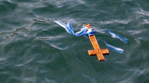 Ο Αιγιαλείας, Ιερώνυμος, «έριξε» το Σταυρό στη Θάλασσα (Video)