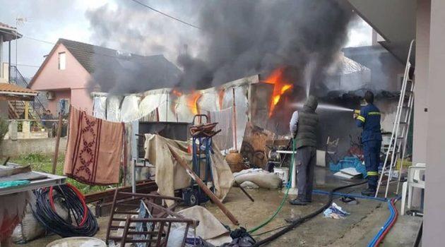 Φωτιά σε γκαράζ στην Πλαγιά κατέστρεψε μηχανάκια και μηχανήματα (Photos)