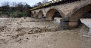 Η Γέφυρα της Νέας Αβόρανης αντέχει παρά τη δυνατή βροχόπτωση…