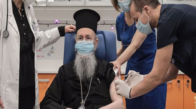 Στον Ευαγγελισμό για τη δεύτερη δόση του εμβολιασμού ο κ. Ιερόθεος