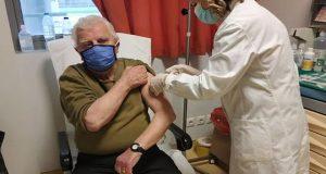 Γ.Ν. Αγρινίου: Εμβολιάστηκε ο 90χρονος μπάρπα-Γιάννης από την Μπαμπίνη (Photo)