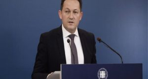Σ. Πέτσας: «Δεν συζητάμε απαγόρευση εισόδου ανεμβολίαστων σε λιανεμπόριο»
