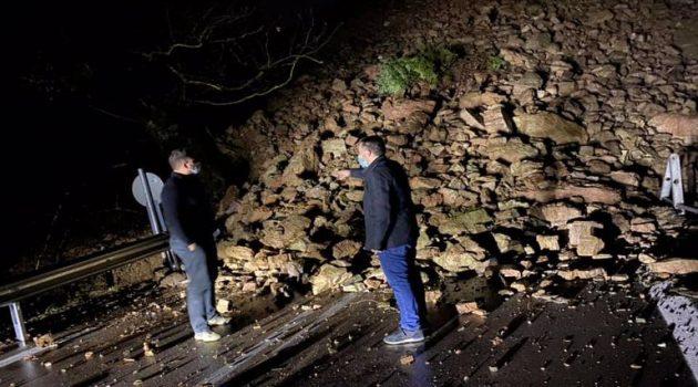 Αγρίνιο – Στριγανιά: «Έπεσε» το βουνό στη μέση του δρόμου (Photo)