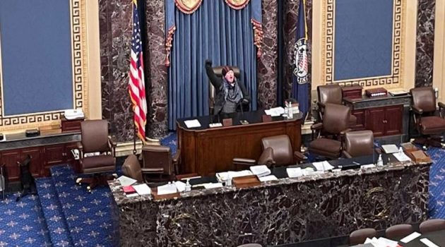 «Ο Τραμπ κέρδισε», φώναξε υποστηρικτής του και κάθισε στην αίθουσα της Γερουσίας
