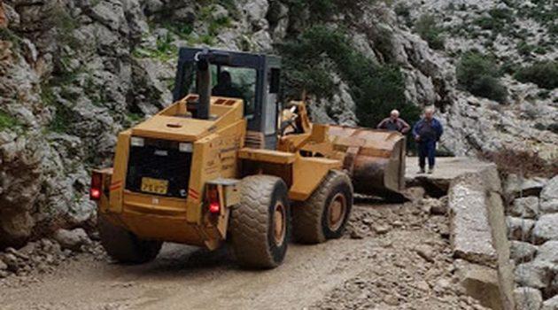 Ξηρόμερο: Εργασίες αποκατάστασης δρόμου προς παλιό Βάρνακα (Photos)