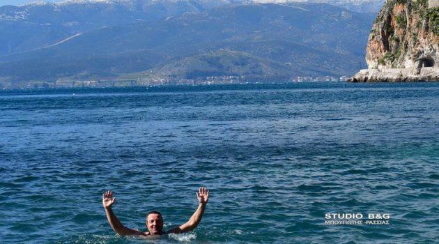 Ναύπλιο: Χειμερινοί κολυμβητές στην παραλία της Αρβανιτίας (Photos)