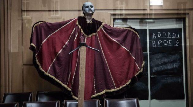 ΔΗ.ΠΕ.ΘΕ. Αγρινίου: Δείτε διαδικτυακά μία ξεχωριστή παράσταση τους «Άβολους Ήρωες» (Video)