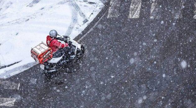 Ντελιβεράδες «παλεύουν» με τα χιόνια – Πάνω από 80 καταγγελίες (Video)