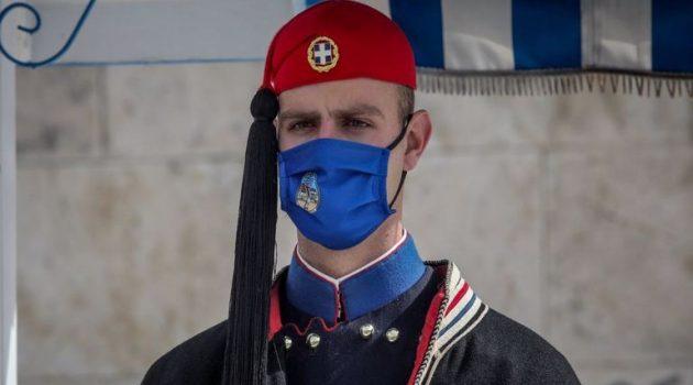 Φόρεσαν τις κάπες τους στο Σύνταγμα οι Εύζωνες (Photos)