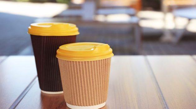 Αλλάζει από σήμερα το «take away» – Παραλαβή καφέ από το… πεζοδρόμιο