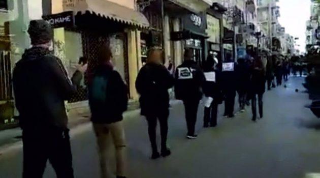 Διαμαρτυρία στην Πάτρα με μάσκες και συρματόπλεγμα στο κεφάλι (Video – Photo)