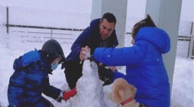 Τσίπρας: Παιχνίδι στα χιόνια με τους γιους του και το σκύλο τους