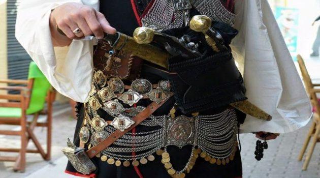 Εμβολιάστηκε στην Αθήνα ντυμένος Μεσολογγίτης (Photo)
