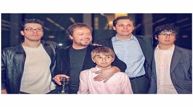 Γιάννης Πάριος: Γενέθλια για τον τραγουδιστή – Η σπάνια φωτογραφία με τους 4 γιους του